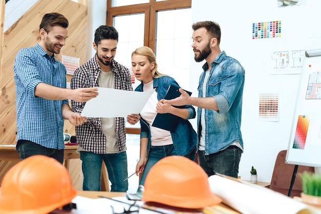 Groupe d'architectes concepteurs regarde blueprint.