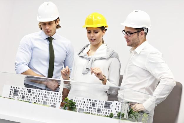 Groupe d'architectes partageant des idées dans un bureau moderne