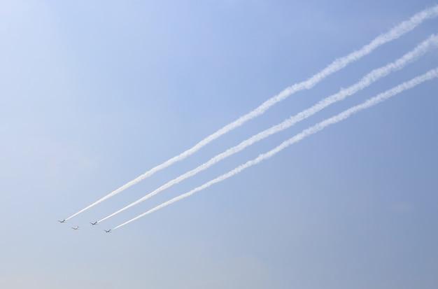 Groupe d'avions fumaient sous le ciel