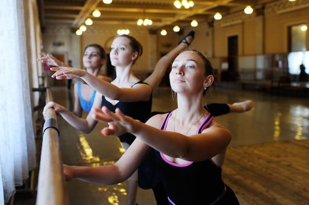 Groupe de ballet en classe de ballet
