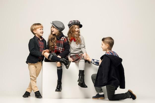 Groupe de beaux enfants posant