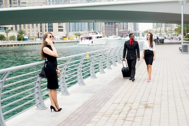 Groupe de beaux hommes d'affaires près de la rivière dans la ville exotique.