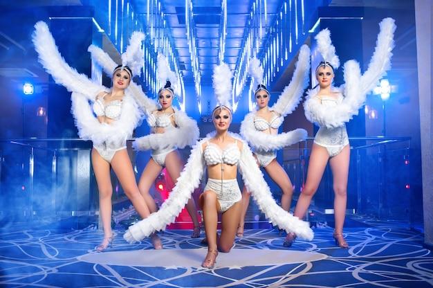 Groupe de belles danseuses en costumes de carnaval blanc