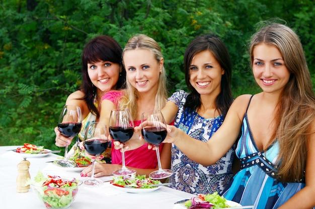 Groupe de belles filles buvant du vin
