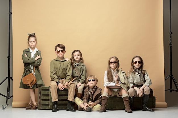Le groupe de belles filles et garçons sur un pastel