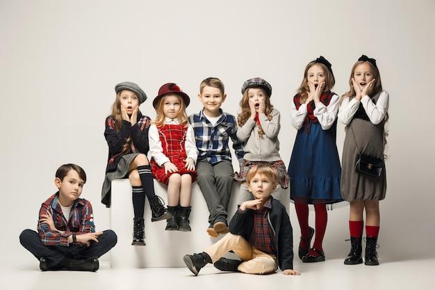 Le groupe de belles filles et garçons