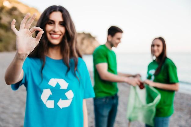 Groupe de bénévoles collecte des ordures à la plage