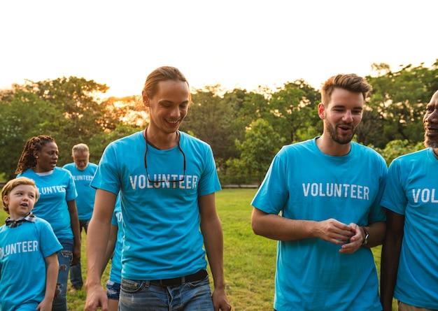 Groupe de bénévoles pour des dons de charité dans le parc