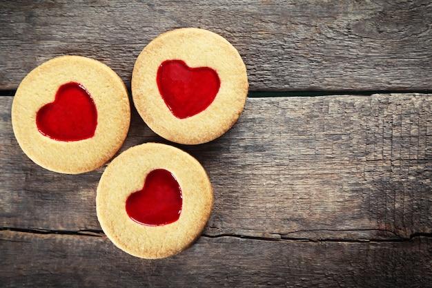 Groupe de biscuits d'amour sur fond de bois, gros plan