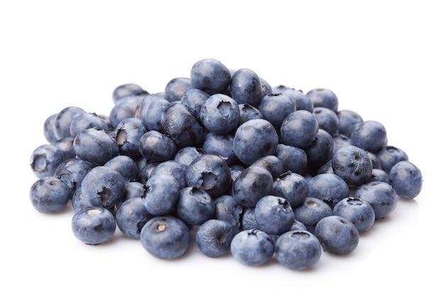 Groupe de bleuets juteux frais isolé sur une surface blanche