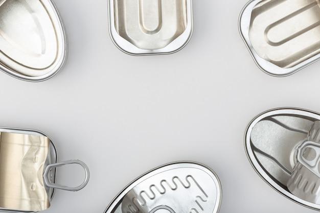 Groupe de boîte de conserve vide isolé sur un fond gris. vue de dessus espace copie