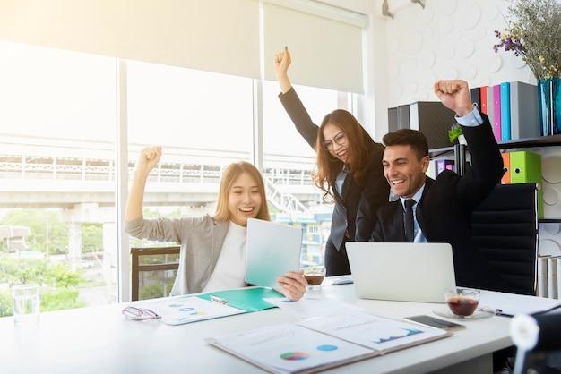 Groupe de bonheur des gens d'affaires au bureau de la salle de réunion. succès d'affaires et de partenariat