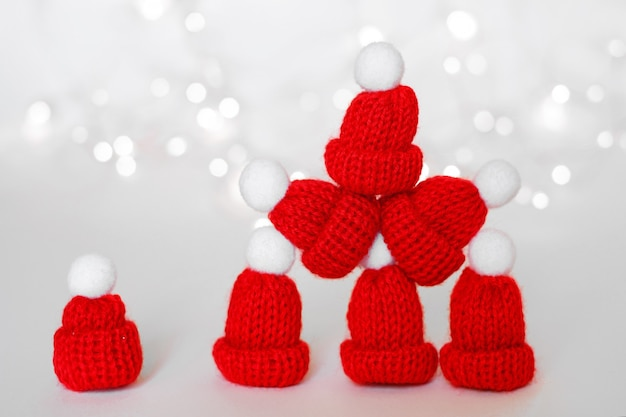 Un groupe de bonnets rouges debout les uns sur les autres dans une pyramide