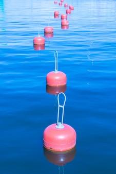 Groupe de bouées rouges sur une surface de la mer