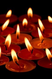Groupe de bougies enflammées dans le fond sombre