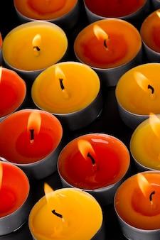 Groupe de bougies enflammées sur fond noir. contexte.