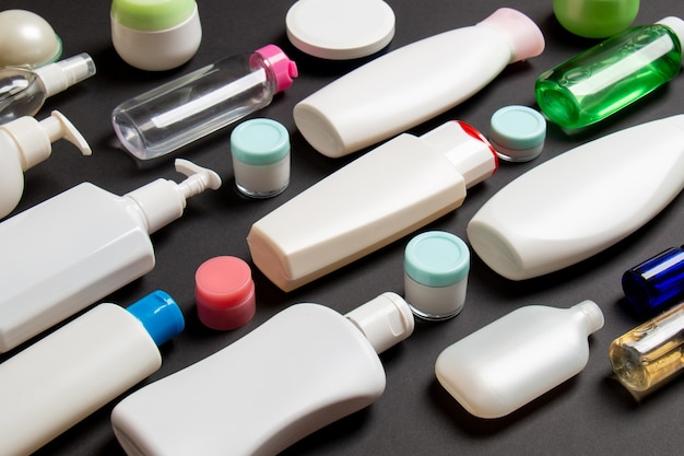 Groupe de bouteille de soins du corps en plastique composition à plat avec des produits cosmétiques sur fond coloré espace vide pour votre conception. ensemble de conteneurs cosmétiques blancs, vue de dessus avec espace de copie.