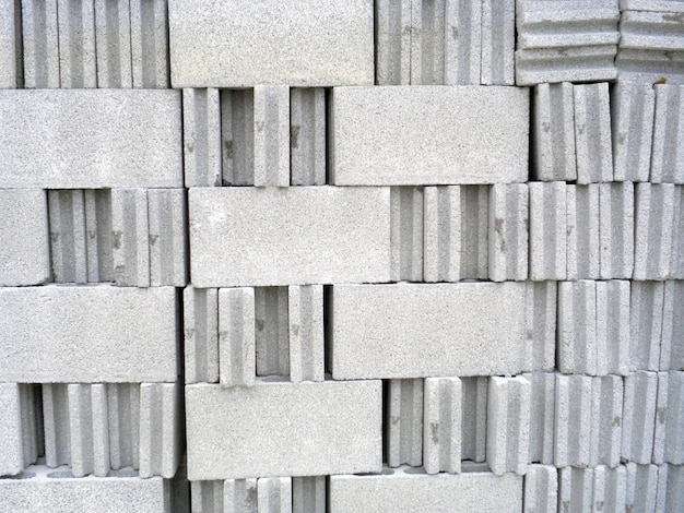 Groupe de briques blanches sur un chantier de construction