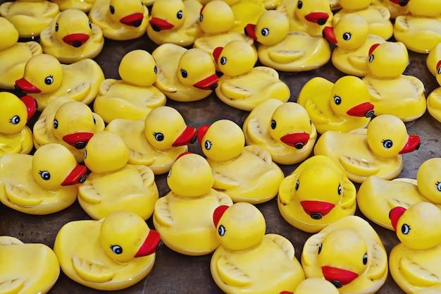 Groupe de canards en caoutchouc jaune vue rapprochée. concept de festival de course de canard en caoutchouc
