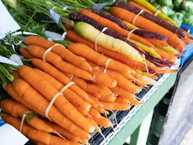 Groupe de carottes colorées biologiques fraîches à vendre sur le marché du frais