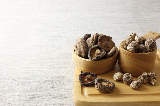 Groupe de champignons shiitake secs contre la texture du tissu