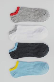 Groupe de chaussettes de sport courtes isolées sur blanc.