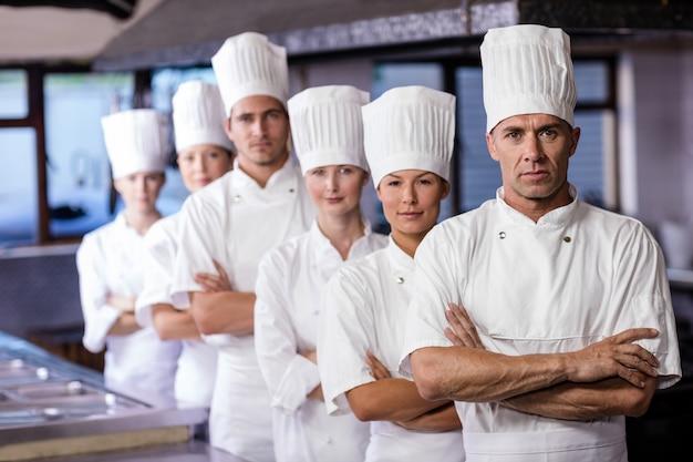 Groupe de chefs debout dans la cuisine
