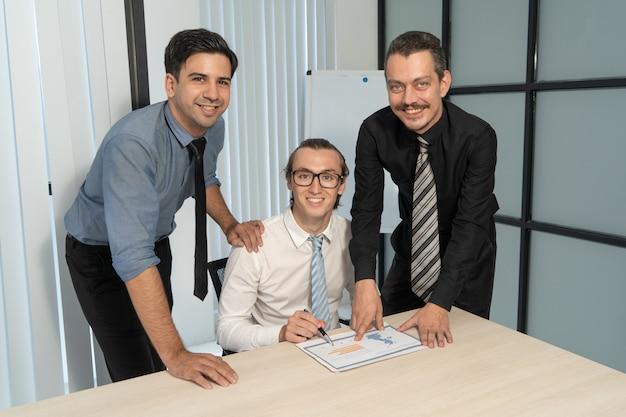 Groupe de chefs d'entreprise heureux dans la salle de réunion.