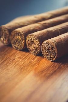 Groupe de cigares cubains bruns sur une vieille surface en bois