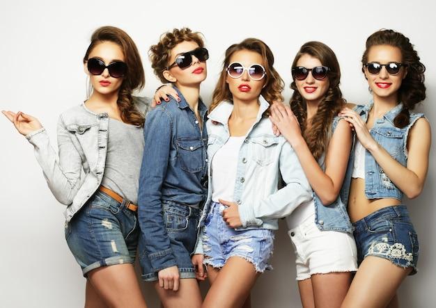 Groupe de cinq amies filles, temps heureux pour s'amuser.