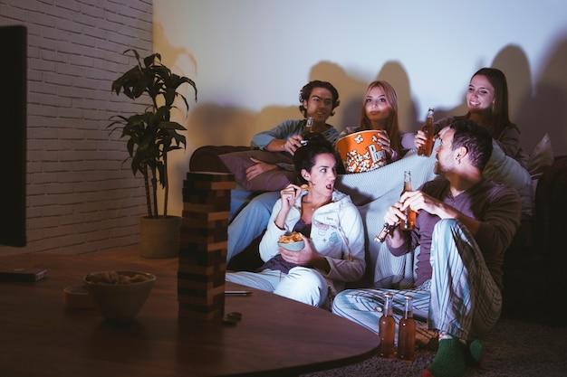 Groupe de cinq amis ayant une soirée de cinéma