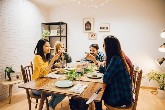 Groupe de cinq amis à table