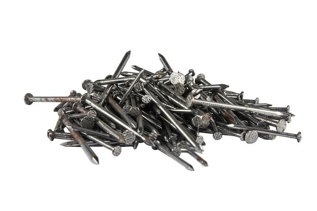 Groupe de clous métalliques en bois pour la construction isolé sur fond blanc