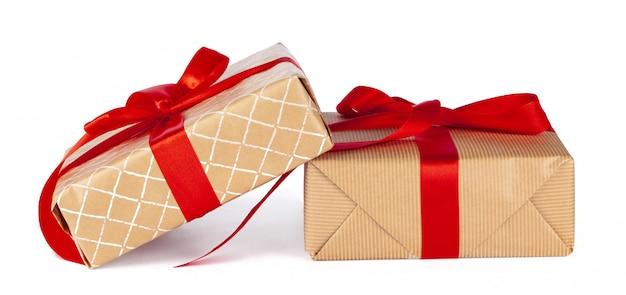 Groupe de coffrets cadeaux en papier kraft isolé sur blanc