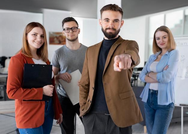 Groupe de collègues au bureau posant