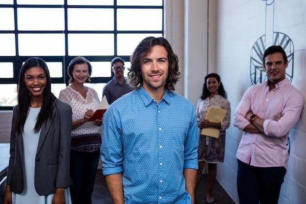 Groupe de collègues au bureau