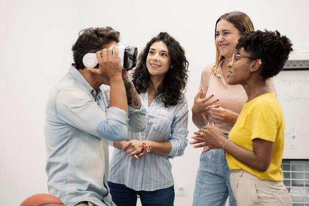 Groupe de collègues à la pause, portant des lunettes de réalité virtuelle