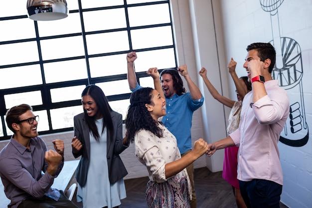 Groupe de collègues souriant et réussi