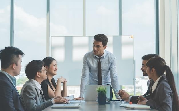Groupe de collègues de travail réunis pour discuter de travailler au bureau