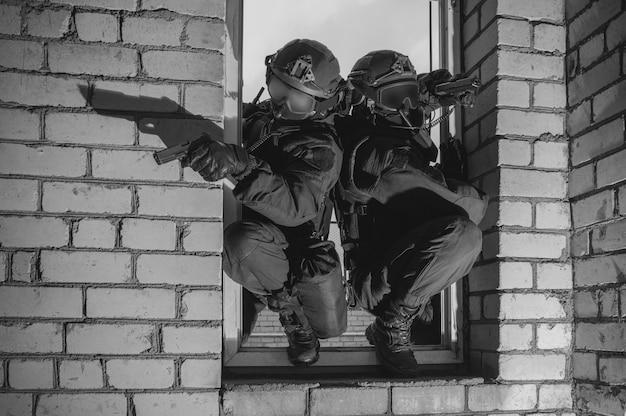 Un groupe de combattants des forces spéciales prend d'assaut le bâtiment par la fenêtre