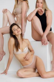 Groupe de concept de positivité corporelle de femmes avec confiance et positivité corporelle