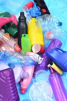 Groupe de contenants en plastique sur des sacs en plastique bleus