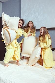 Le groupe de copines prend du temps au lit