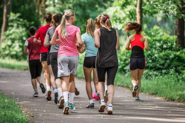 Groupe de coureurs marathoniens pour courir sur l'asphalte