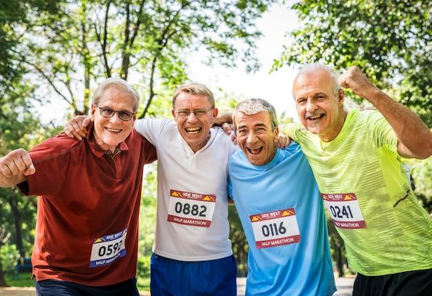 Groupe de coureurs seniors au parc