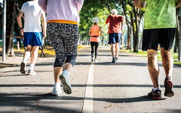 Un groupe de coureurs seniors au parc
