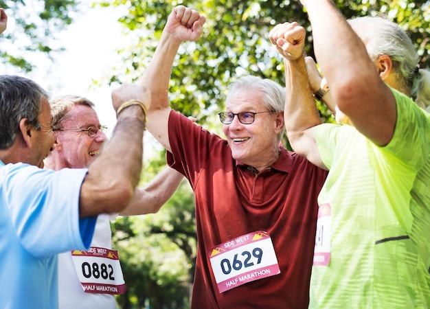 Groupe de coureurs seniors gais au parc