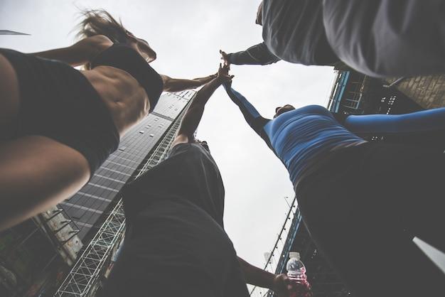 Groupe de coureurs urbains s'exécutant dans la rue à new york, série conceptuelle sur le sport et la remise en forme