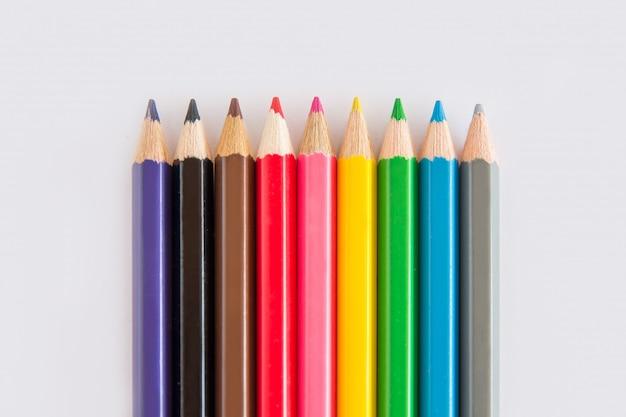 Groupe de crayon graphite et couleur, caoutchouc vert sur fond blanc avec copie d'espace