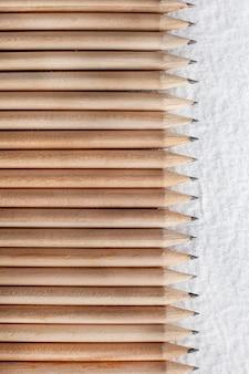 Groupe de crayons en bois isolé sur blanc